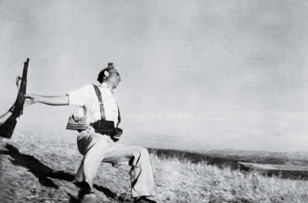 Robert Capa - Fallen Soldier